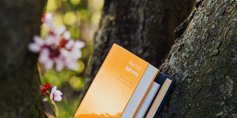 Boeken op een boom